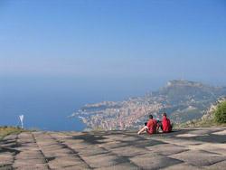 Stefan Hofer und Will Gad beim Interview vor der atemberaubenden Kulisse Monacos